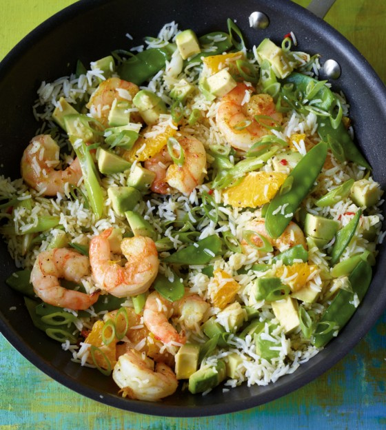 Reispfanne mit Avocado und Garnelen